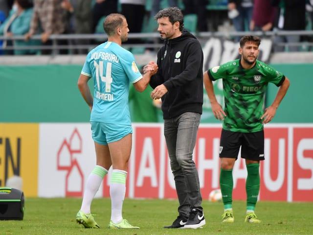 Mark van Bommel und Admir Mehmedi schütteln sich die Hände