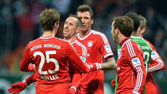 Bayern Münchens Spieler bejubeln einen Torerfolg.
