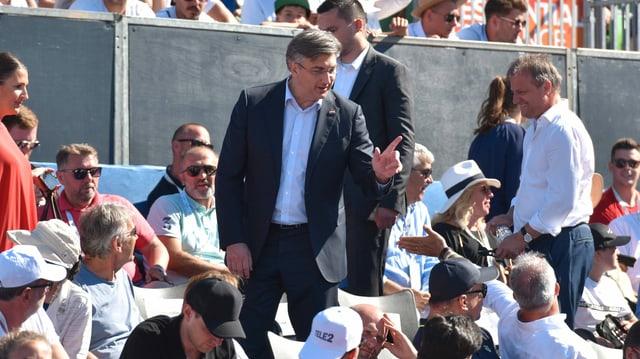 Plenković inmitten von Tennis-Zuschauern.