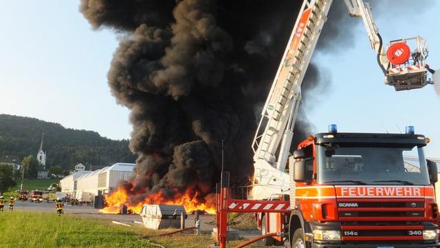 Feuersäule, vorne Feuerwehrauto