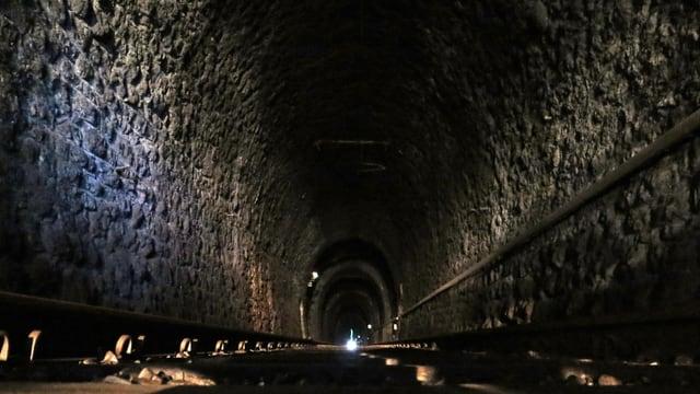 Bahngeleise in einem Tunnel.