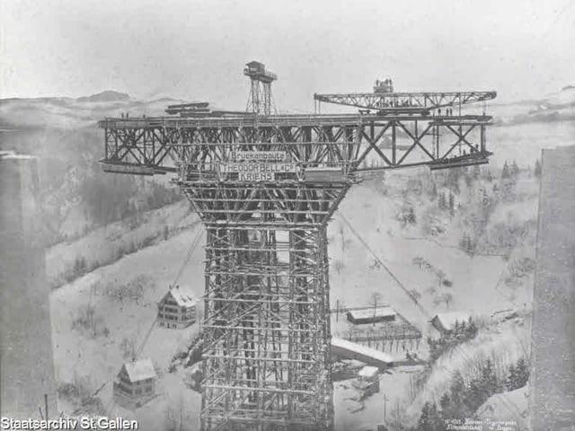 Gerüstturm während des Baus des Sitterviadukts Ende Januar 1910.