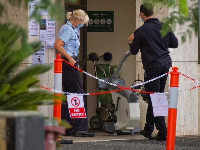 Ein Hometrainer wird ins Quarantäne-Hotel gebracht.