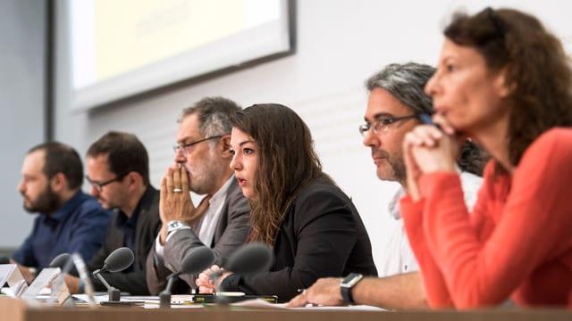 Simon Gantenbein, Balthasar Glaettli, Carlo Sommaruga, Tamara Funiciello, Viktor Györffy und Nina Scheu vor den Medien.