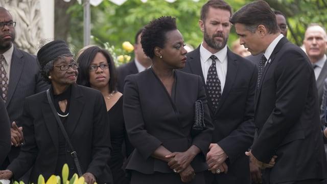 Auf dem Bild ist eine Trauergemeinschaft zu sehen. In der Mitte Viola Davis als Veronica.