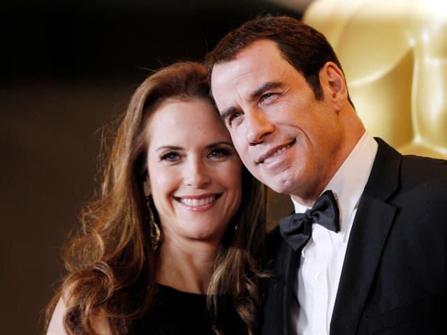 John Travolta posiert mit seiner Ehefrau Kelly Preston