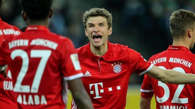 Thomas Müller trifft gegen Gladbach zum Sieg.