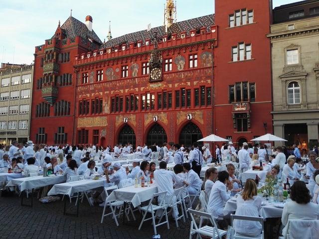 Tische vor dem Rathaus