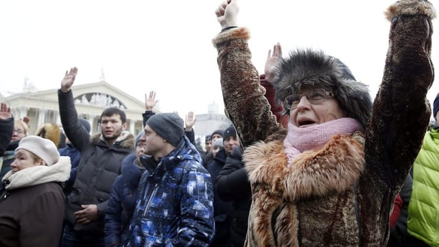 Dunna che protesteschan en la Bielorussia.