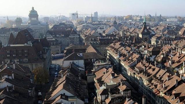 Stadt bern von oben mit Blick auf die Dächer.