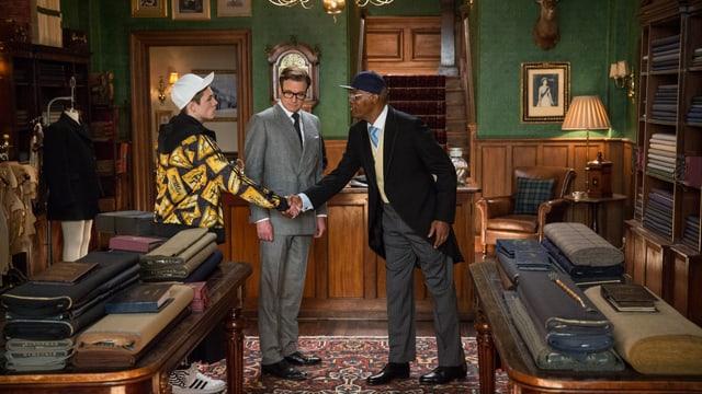 Filmszene von Kingsman, in der sich die Kontrahänten begegnen: Taron Egerton und Colin Firth als Geheimagenten, Samuel L. Jackson als Bösewicht.