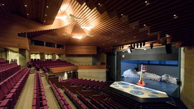Blick auf eine Theaterbühne.