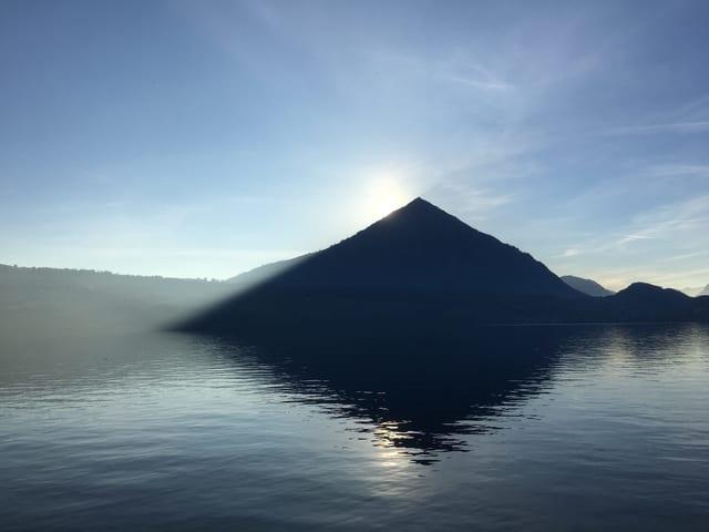 Blick auf Bergspitz vom Wasser aus.