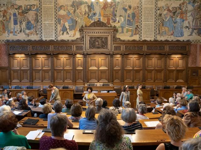 Schauspielerinnen inszenierten an der Jubiläumsfeier den Einzug der Frauen ins Basler Rathaus.