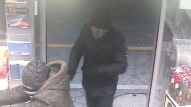 Zwei maskierte Männer überfallen den Tankstellenshop an der Autobahn in Neuenkirch.