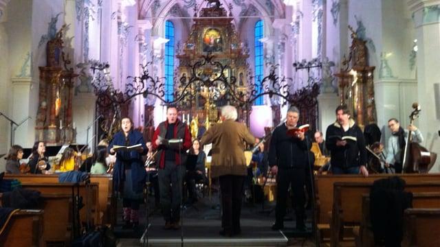 Die Musiker proben unter der Leitung von Winfried Toll in der barocken Kirche