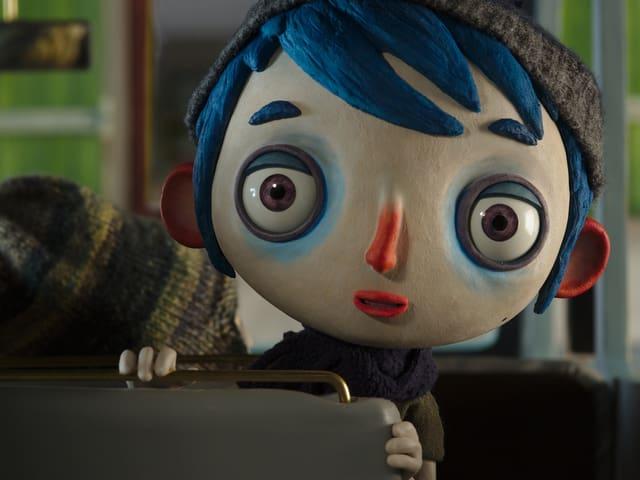 Eine Puppe schaut in die Kamera.