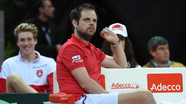 Severin Lüthi sitzt auf der Coach-Bank.