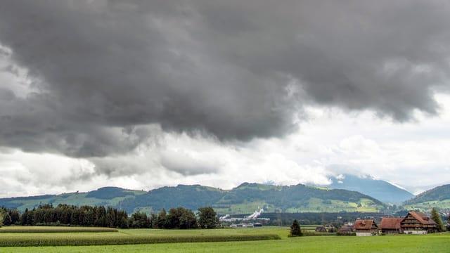 Dunkle Wolken über dem Seetalerischen Hochdorf.