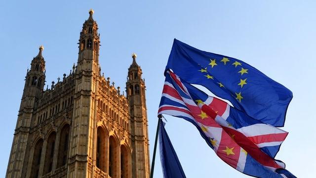 Britische und EU-Flagge vor Londoner Parlament
