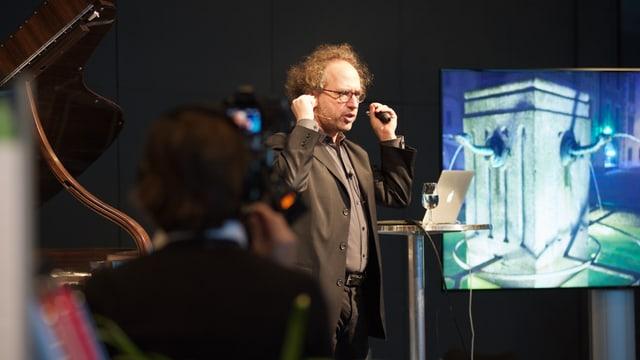 US-Komponist Tod Machover spricht vor Publikum