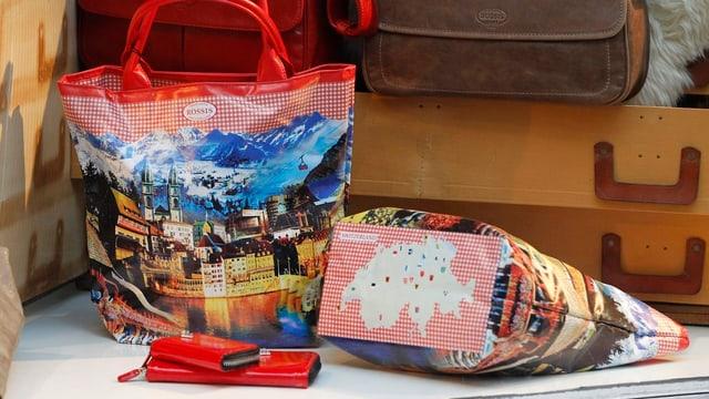 Schweizer Taschen und Portemonnaies in einem Schaufenster.