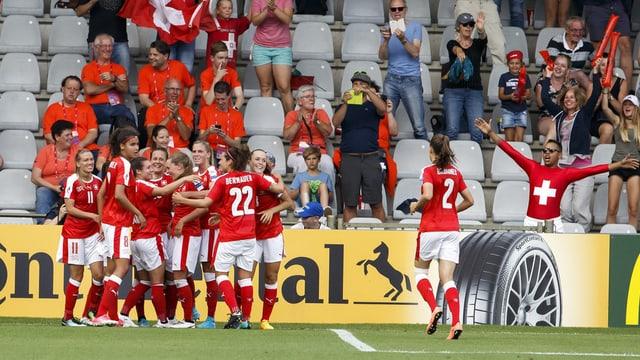 La squadra svizra festiveschan il 2:1 sajettà da Ramona Bachmann.