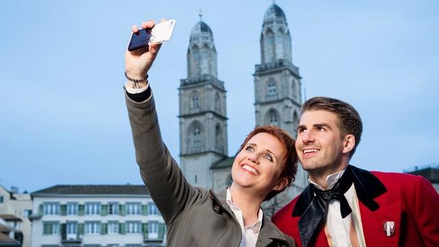 Steffi Buchli und Anthony Welbergen machen ein Selfie.
