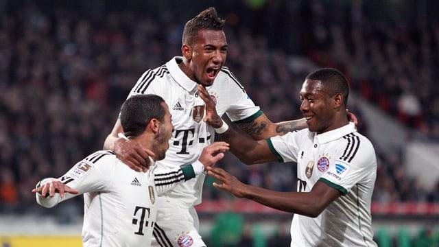 Thiago, Boaten und Alaba feiern den Sieg in Hannover.