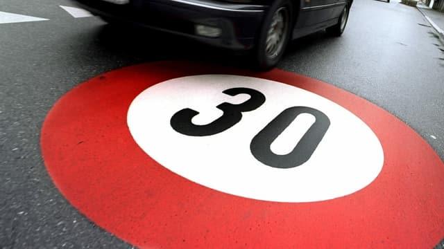 Tempo 30 aufgemalt auf Strasse.