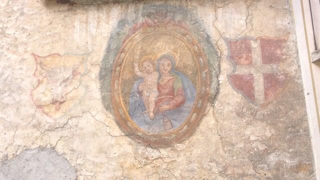 Die Wappen von Uri und der Leventina an einer Hauswand im Tessiner Dorf Giornico.