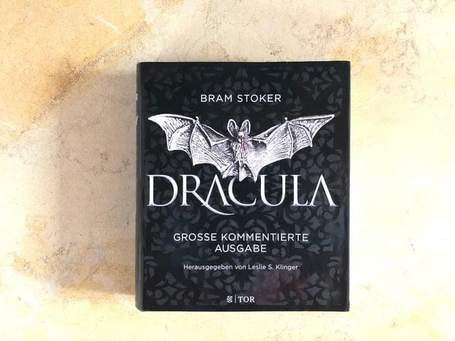Der Roman «Dracula» von Bram Stoker liegt auf einer Marmorplatte