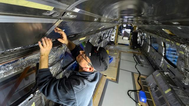 Ein Mitarbeiter von Bombardier in Villeneuve.