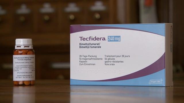 Eine Packung des Medikaments Tecfidera steht neben einer Dose mit Pillen des alternativen Medikaments