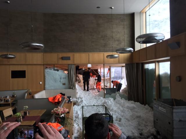 Helfer suchen Schnee im Hotel-Innern ab