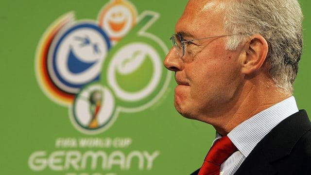 Franz Beckenbauer, Chef des OK für die WM 2006 in Deutschland, vor einer Wand mit dem Logo der WM 2006