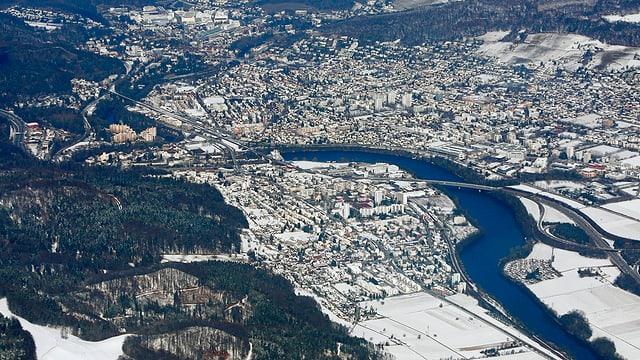 Luftaufnahme der Agglomeration Baden mit Neuenhof auf der linken Seite des Limmatknies.
