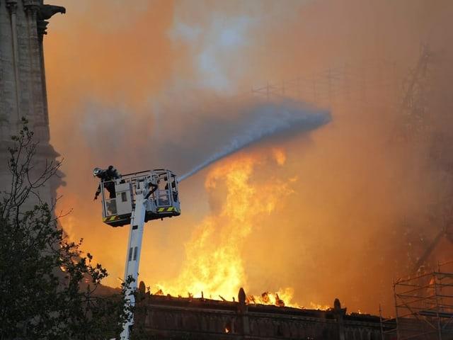 Feuerwehrmann versucht, Notre-Dame zu löschen
