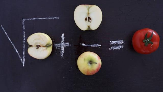 Wandtafel mit Rechenaufgabe mit Früchten und Gemüse