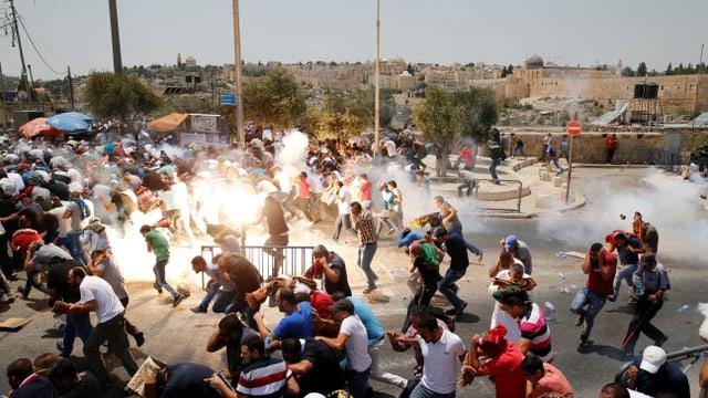 Bei Unruhen nahe des Tempelbergs in Jerusalem wird Tränengas eingesetzt