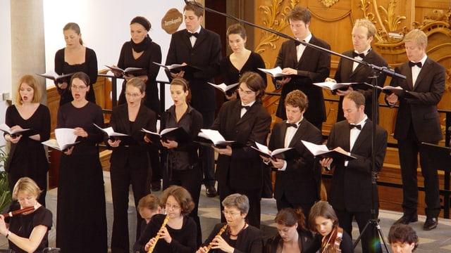 Sängerinnen und Sänger in einer Kirche