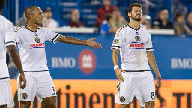 Fabinho (l.) macht seinem Ärger Luft, während Tranquillo Barnetta rechts von ihm das Gesicht verzieht.