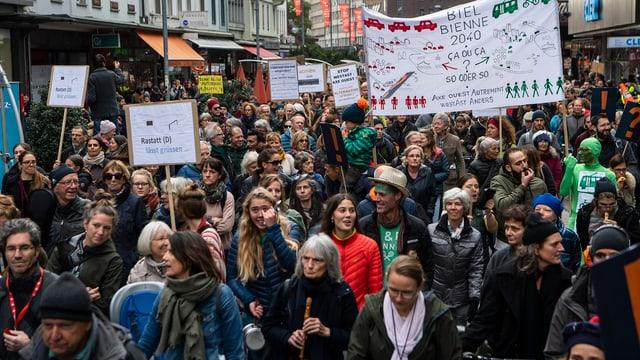 Alterdurchmischte Demonstranten in Biel.