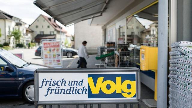 Blick auf Ladneschild von Volg vor der Filiale im Aargauer Dorf in Remigen