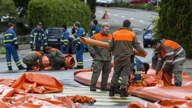 Zivilschützer helfen bei Hochwasser.