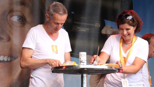 Dani Fohrler und Riccarda Trepp auf der Bühne in Brugg.