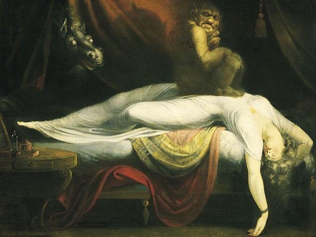 Das Bild zeigt einen Nachtmahr, der auf der Brust einer schlafenden Frau sitzt.