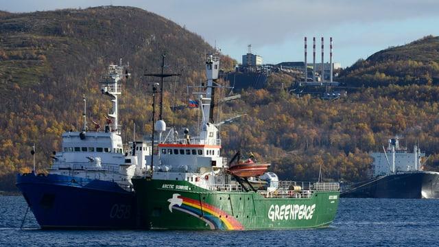 Die «Arctic Sunrise» vor Anker im Russischen Hafen Murmansk.