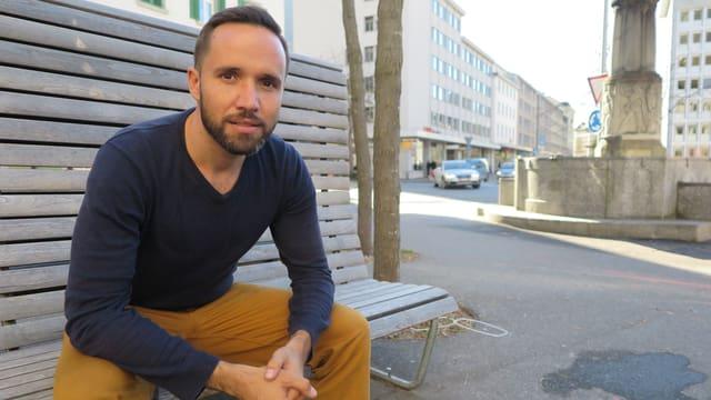 Mario Pacchioli auf Parkbank