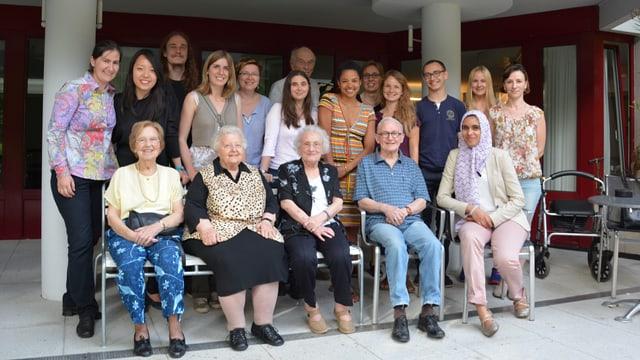 Gruppe Studentinnen und Senioren